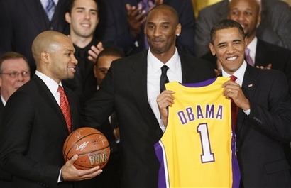 Capt.c5c44ba4e2d642ea9496d54dc95117f7.obama_lakers_whcd113